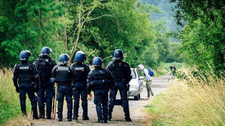 Fransada 1500 kişilik yasa dışı partiyi polis bastı, çatışmalarda bir kişi elini kaybetti